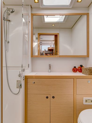 Forward starboard cabin bathroom